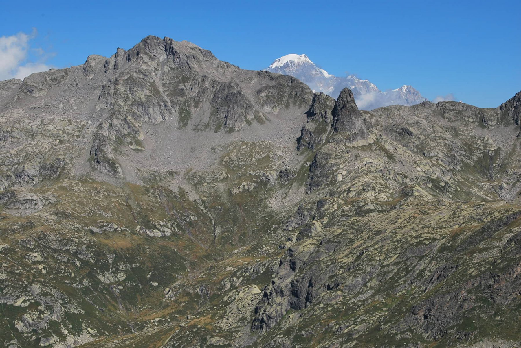 La cresta dei Dents Rouges e il Monte Bianco visti da sopra il Lac Noir