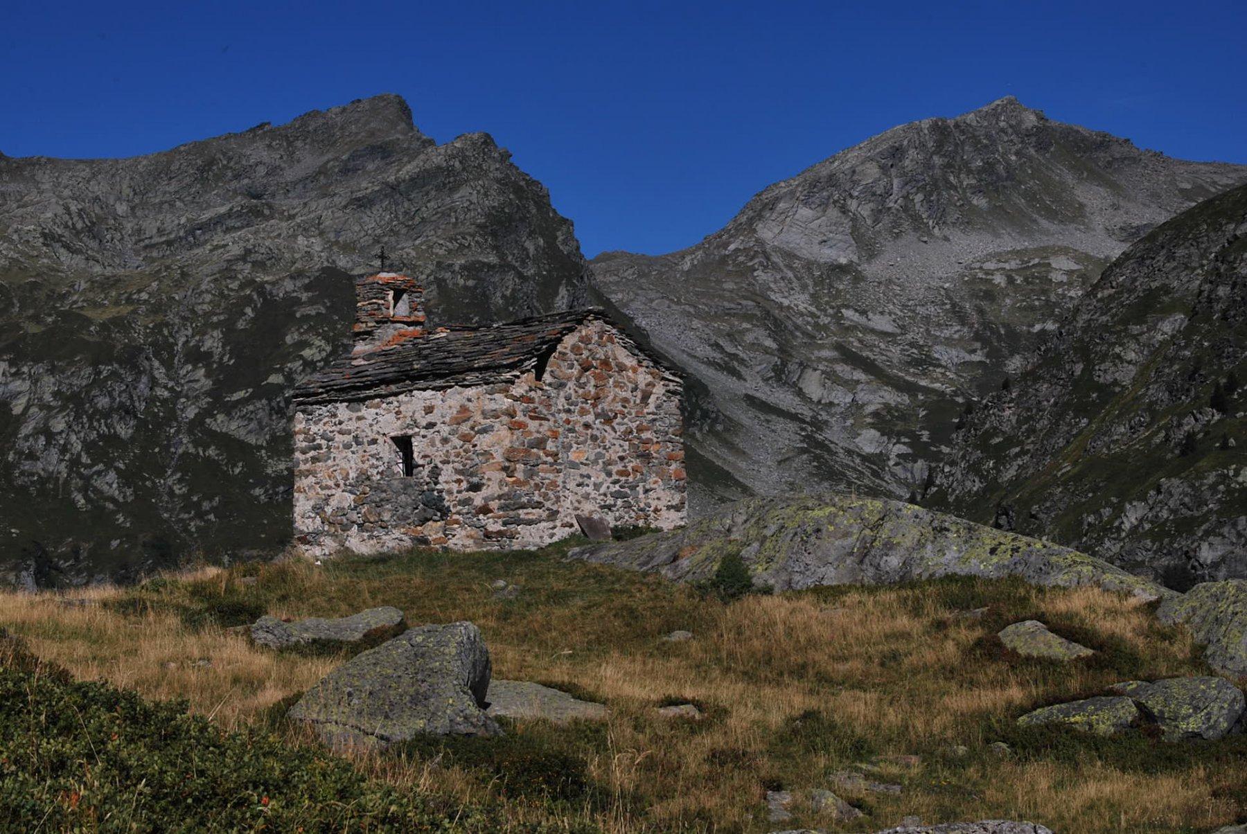 La chiesetta di St. Pierre a Les Molettes, appena a monte del Refuge du Rutor. Sullo sfondo il Col du Retour
