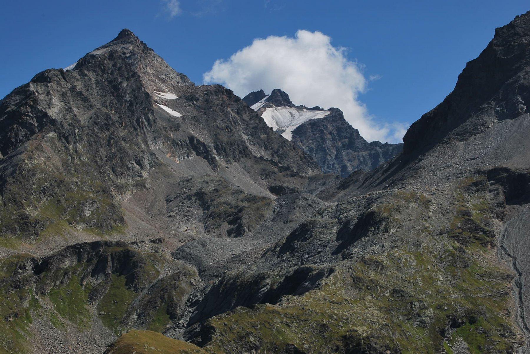 Rutor e Ghiacciaio S. Grato vista dalla sommità della Arete de Montseti attraverso il Col de la Sassiere. A snx la Becca du Lac