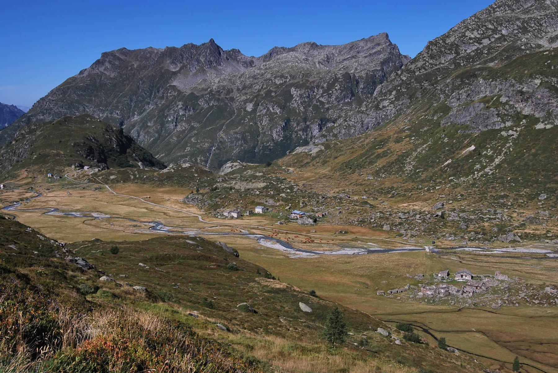 Il piano con gli alpeggi della Sassiere ed il Refuge du Rutor visti salendo al Col Montseti