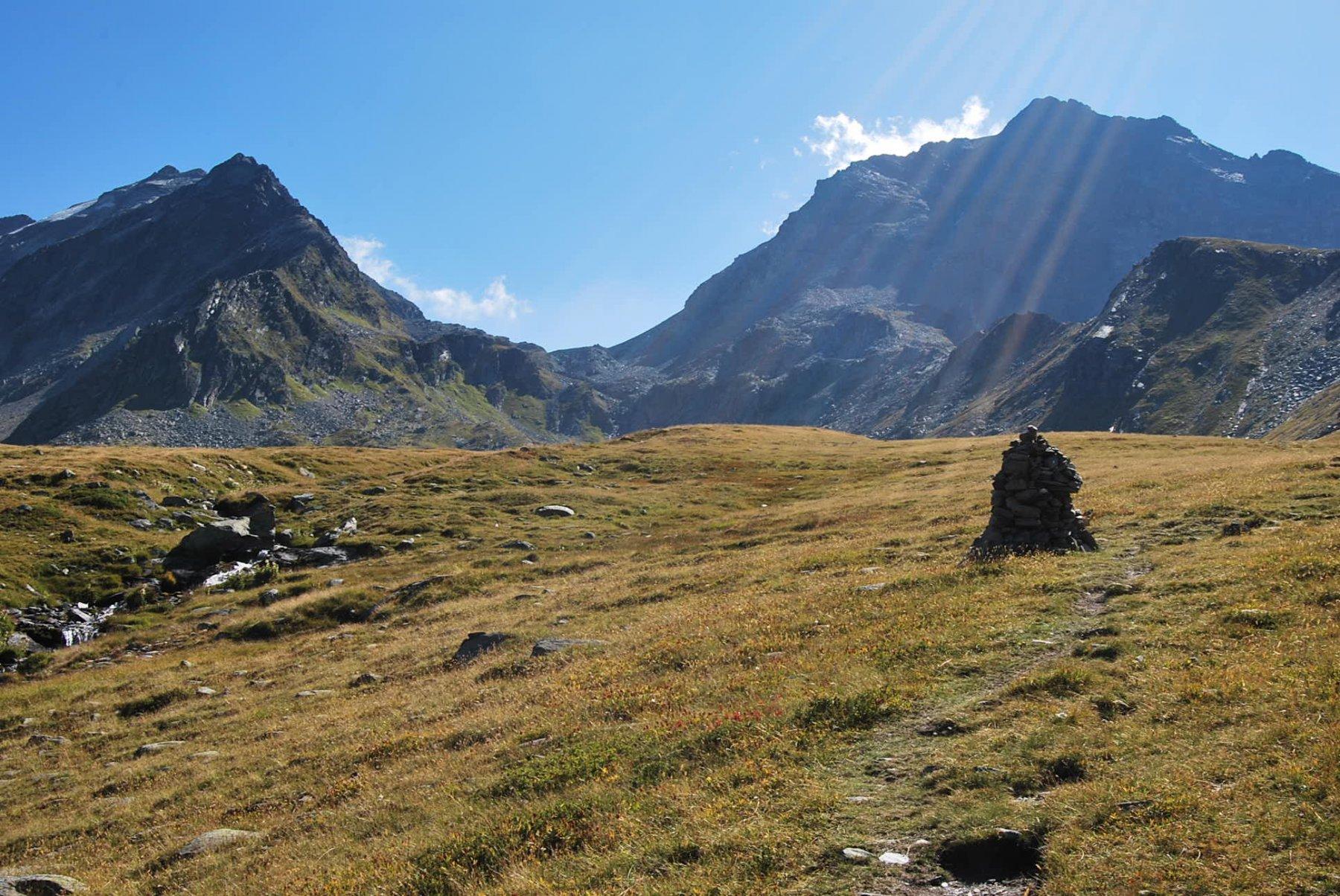 Sempre per Monica: Col de la Sassiere e Gran Becca du  Mont visti al bivio presso l'ometto