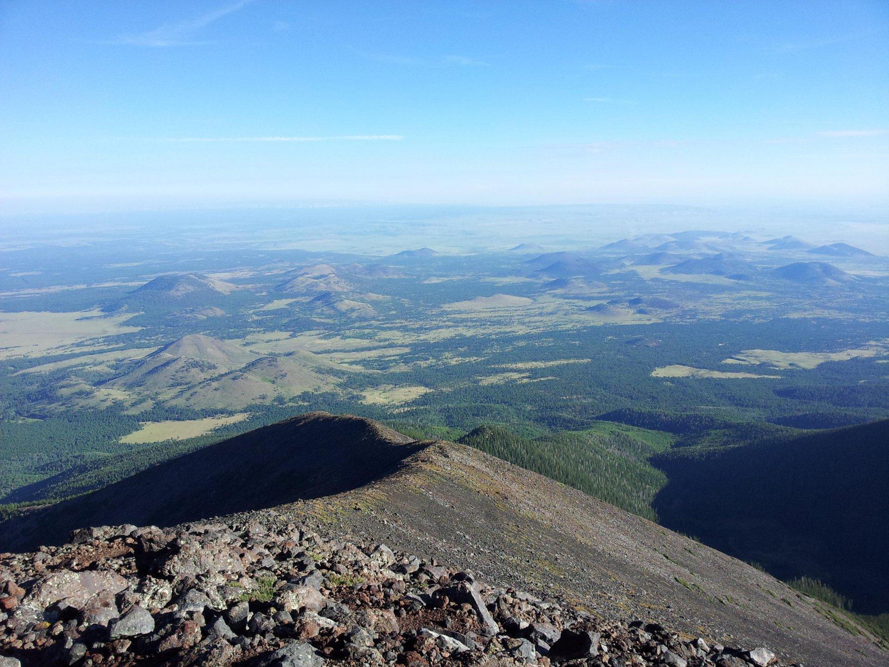 Vista a Nord verso l'altopiano e i conetti vulcanici