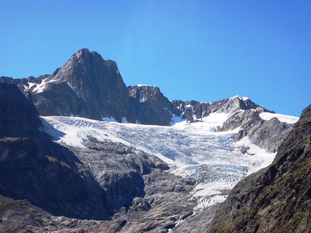 Aiguille des Glaciers già al sole