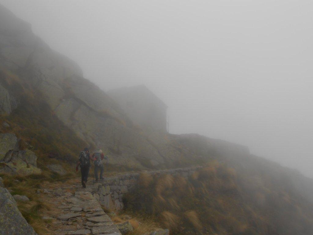 il rifugio compare nella nebbia...
