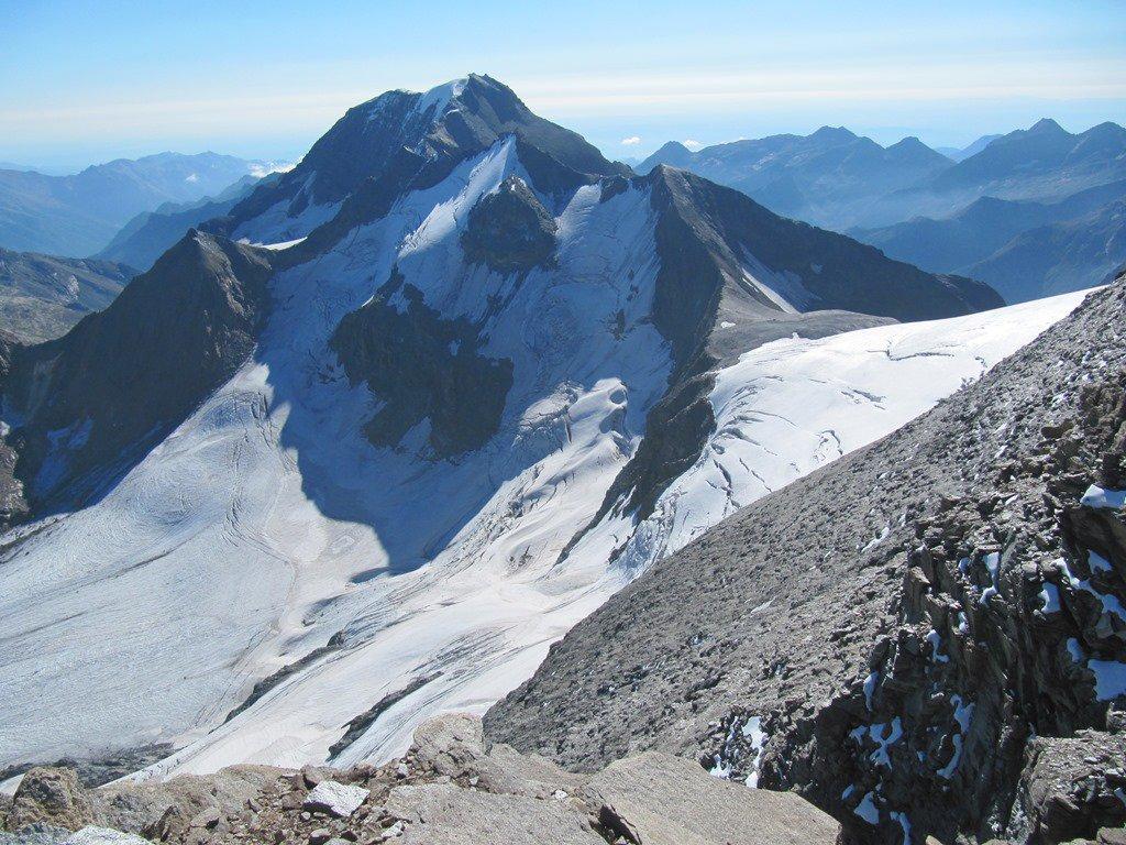 Dalla vetta vista sul ghiacciaio a nord della Piccola Ciamarella e scorcio della Ciamarella