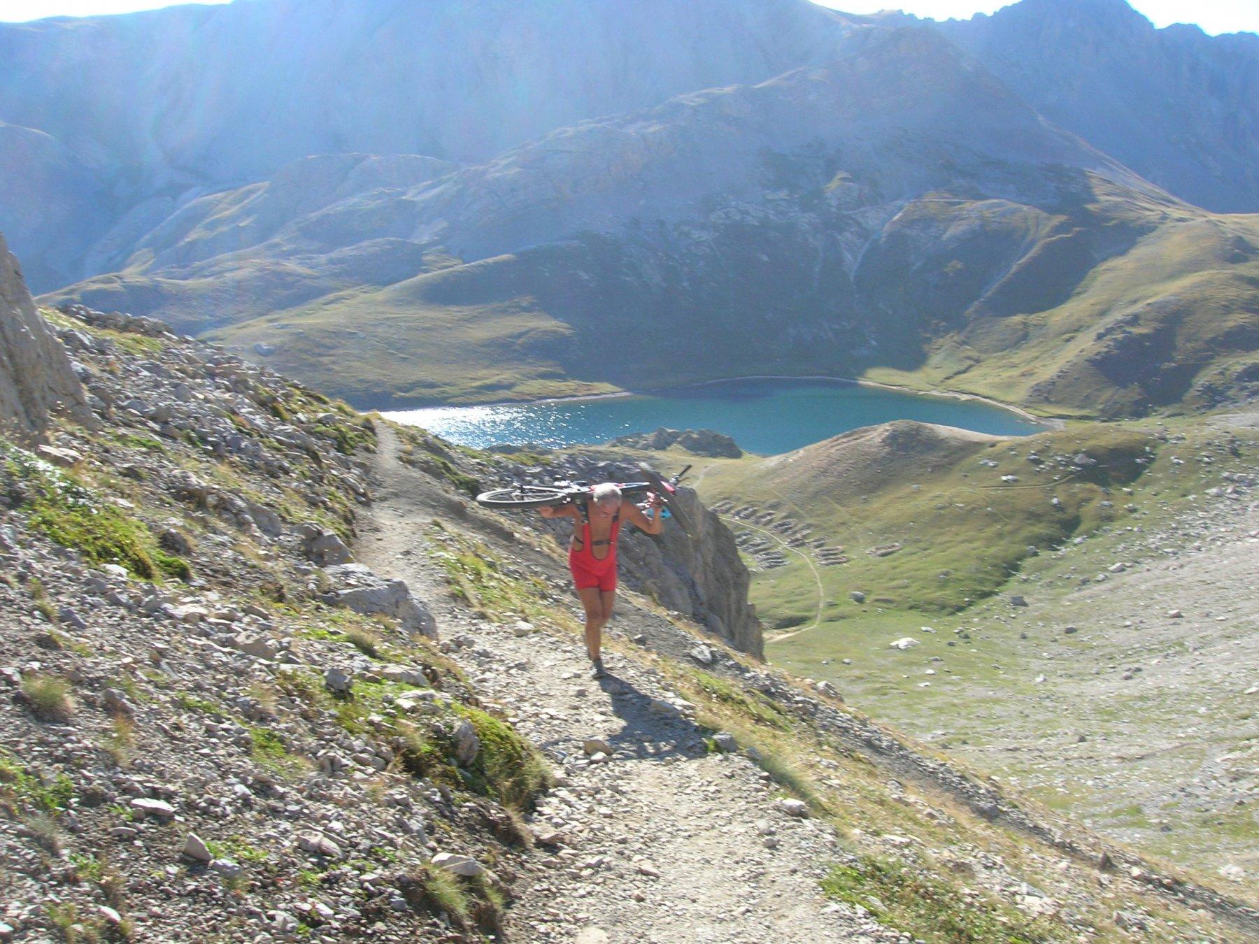 Risalita al Colle della Scaletta con sullo sfondo il lago superiore di Roburent