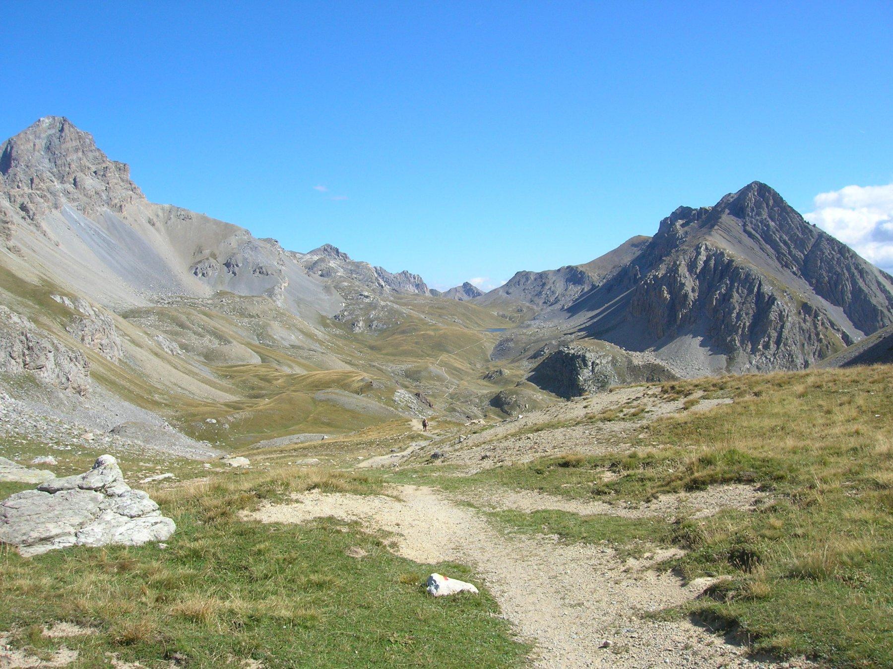 Discesa dal Col de la Gypiére: in lontananza il lago dell' Oronaye e il Colle di Roburent