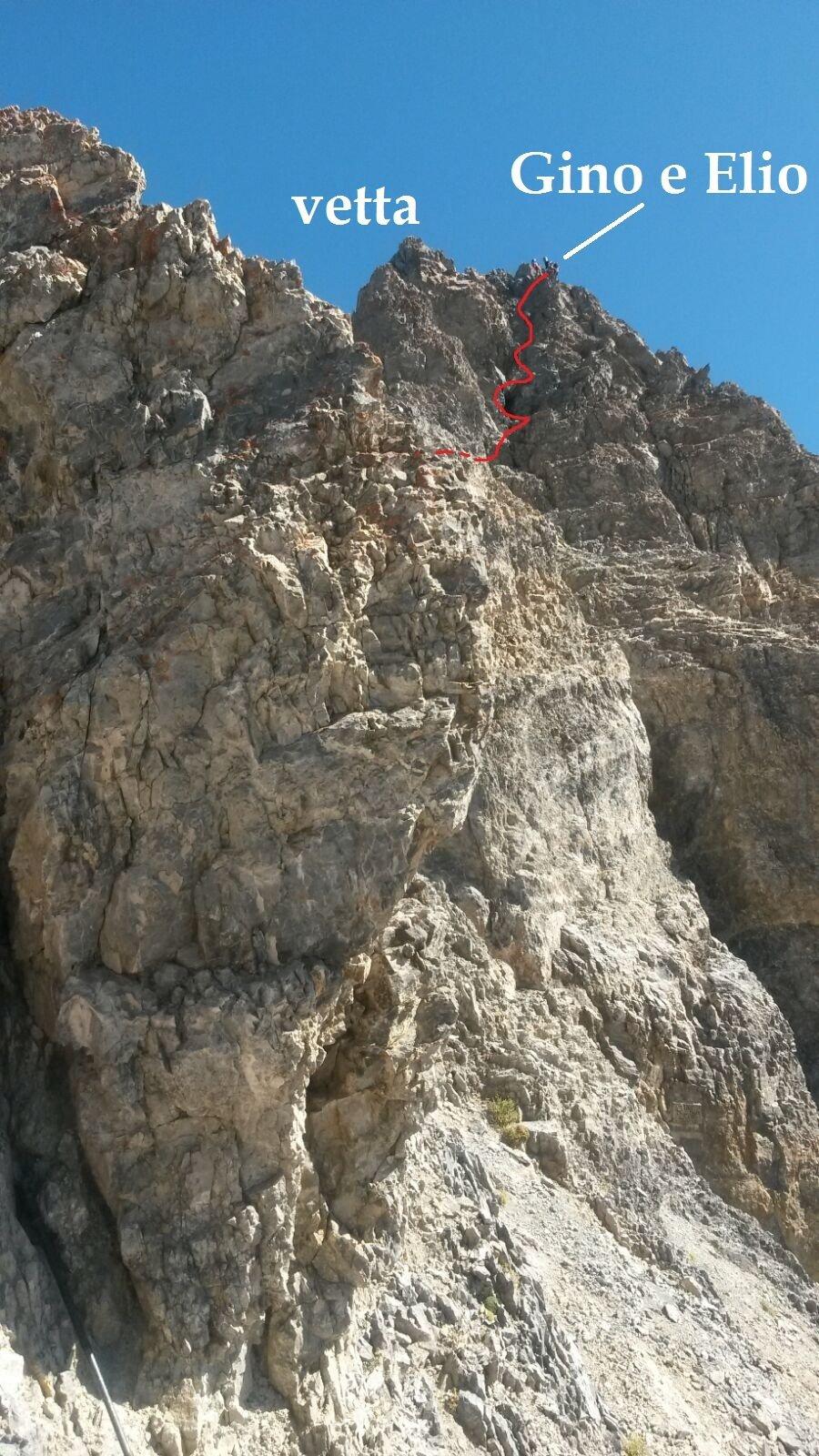 siamo alla fine del tratto d'arrampicata, sbuchiamo in vetta,  in rosso l'ultimo tiro.