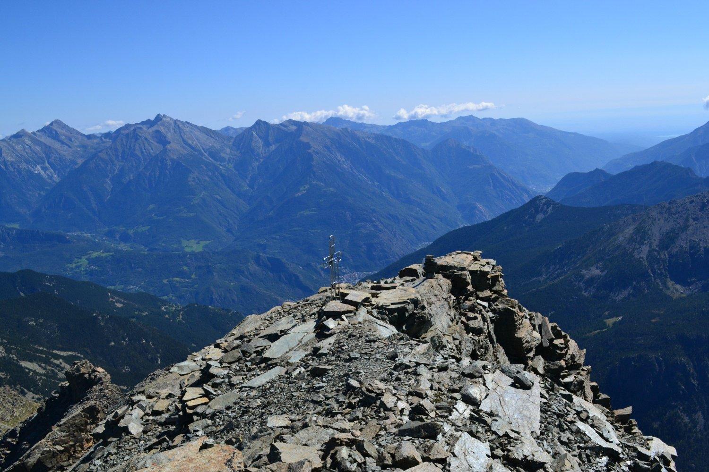 in cima con vista verso il Piemonte
