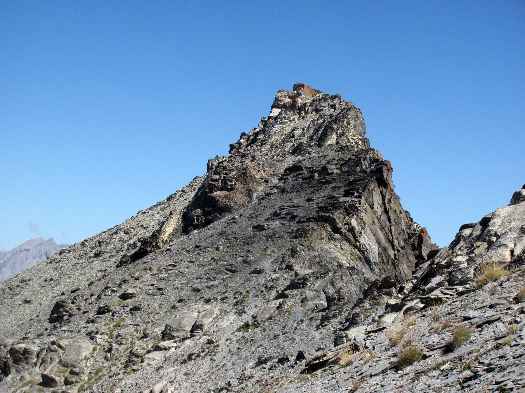 la cima, a sinistra dell'anticima con ometto, con roccia lichenata