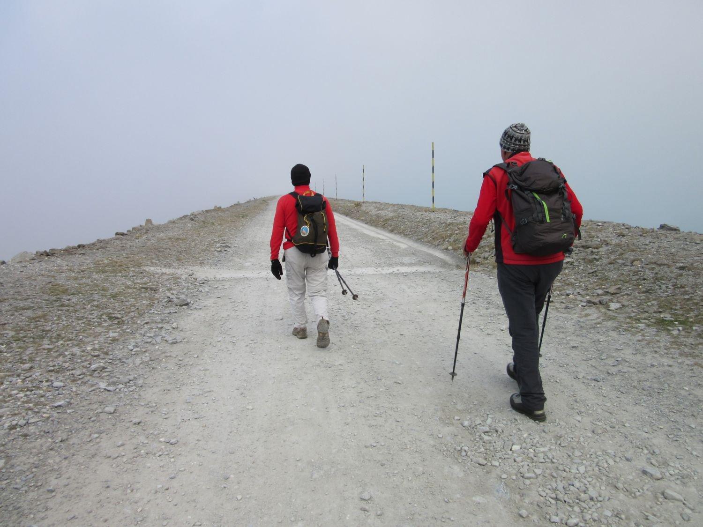 Partenza nella nebbia dalla grande diga del Moncenisio