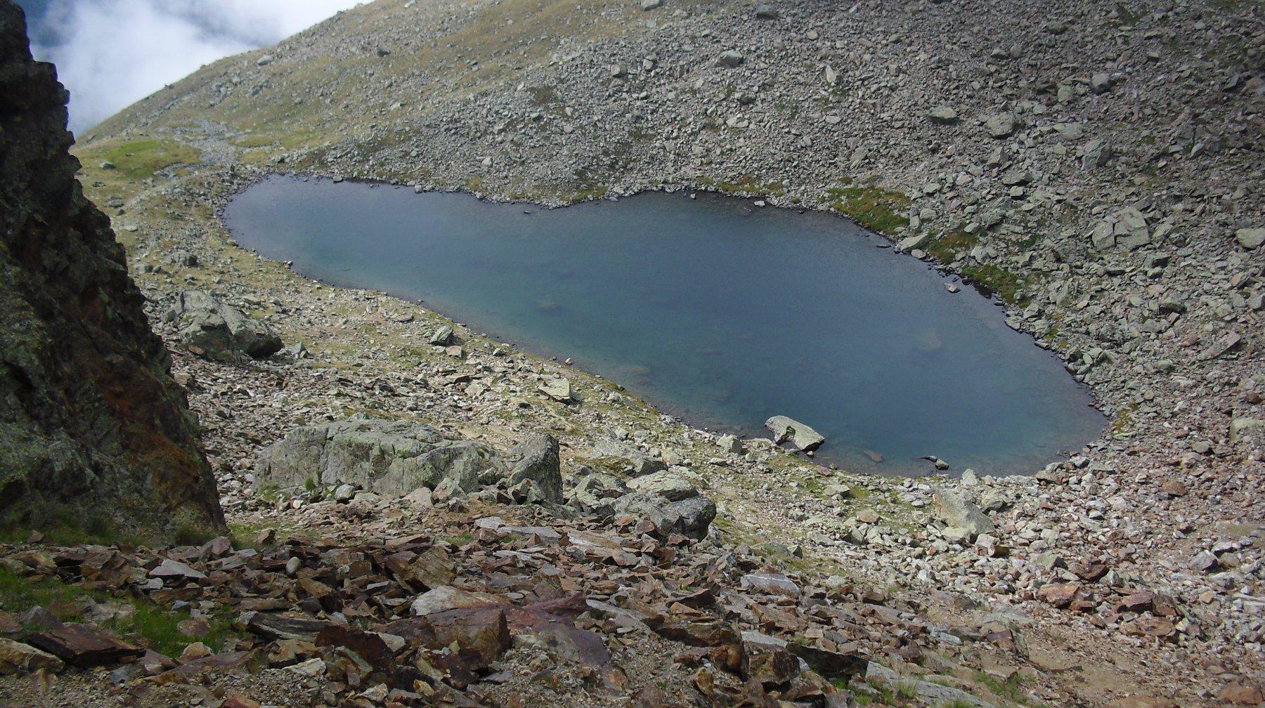 Lago di Mont Rouge visto dal colletto.