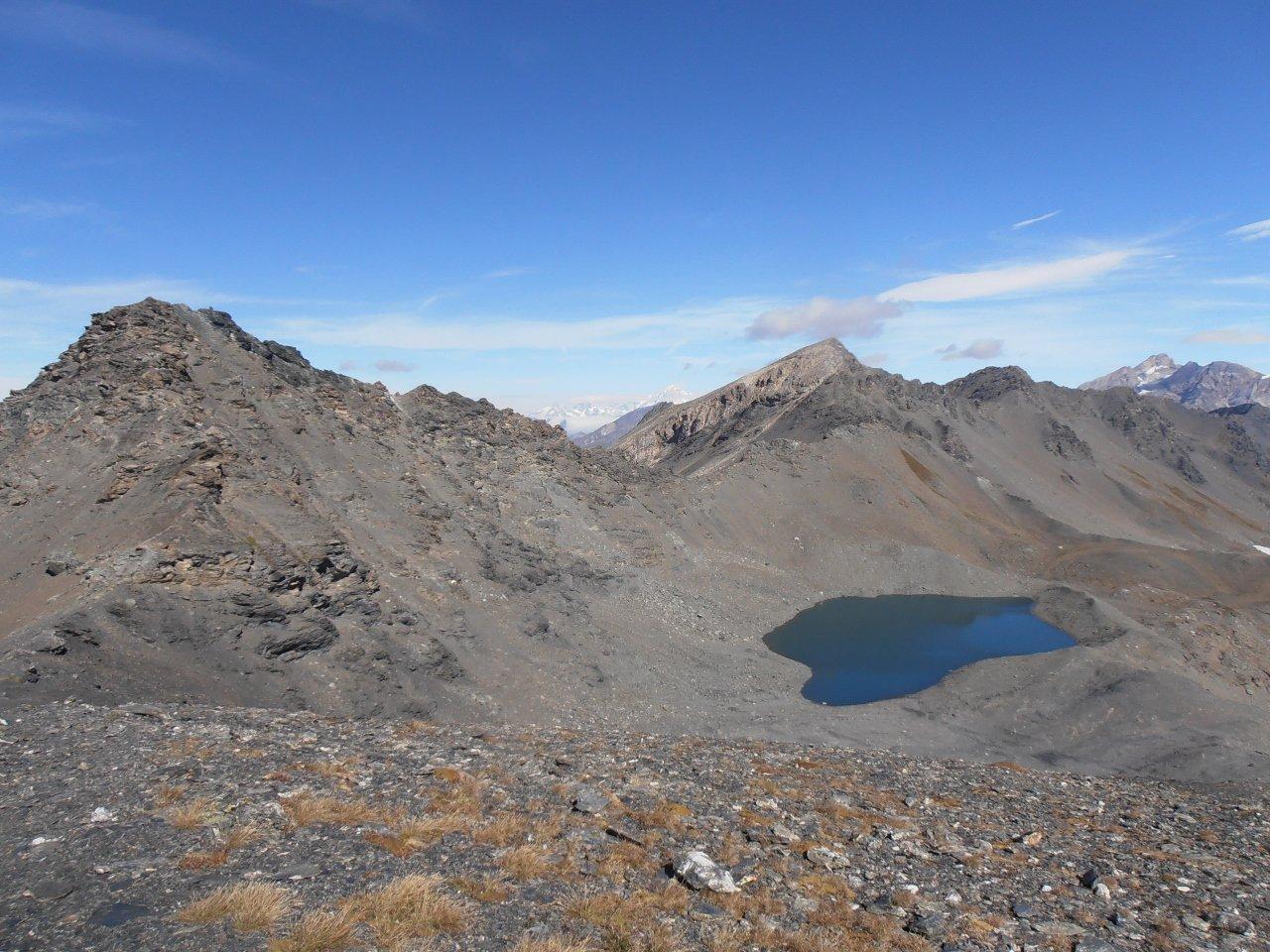 06 - dalla Bezin Nord iniziano le difficoltà verso la Pointe des Fours, sopra il lago il Pelaou Blanc