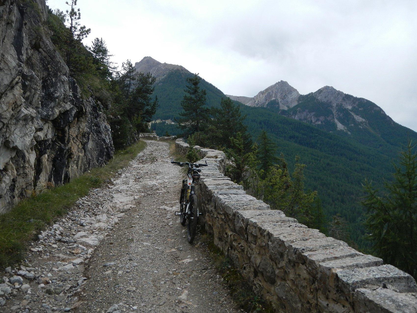 tratto di salita con una serie di tornanti scavati nel versante roccioso