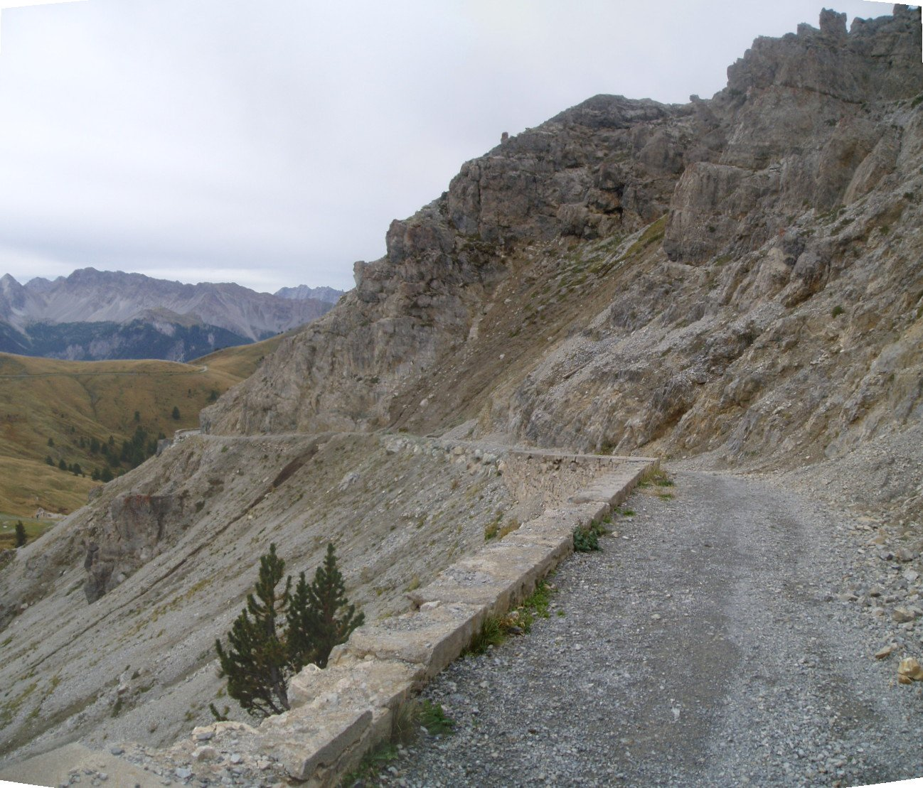 La strada che sale al forte Janus.