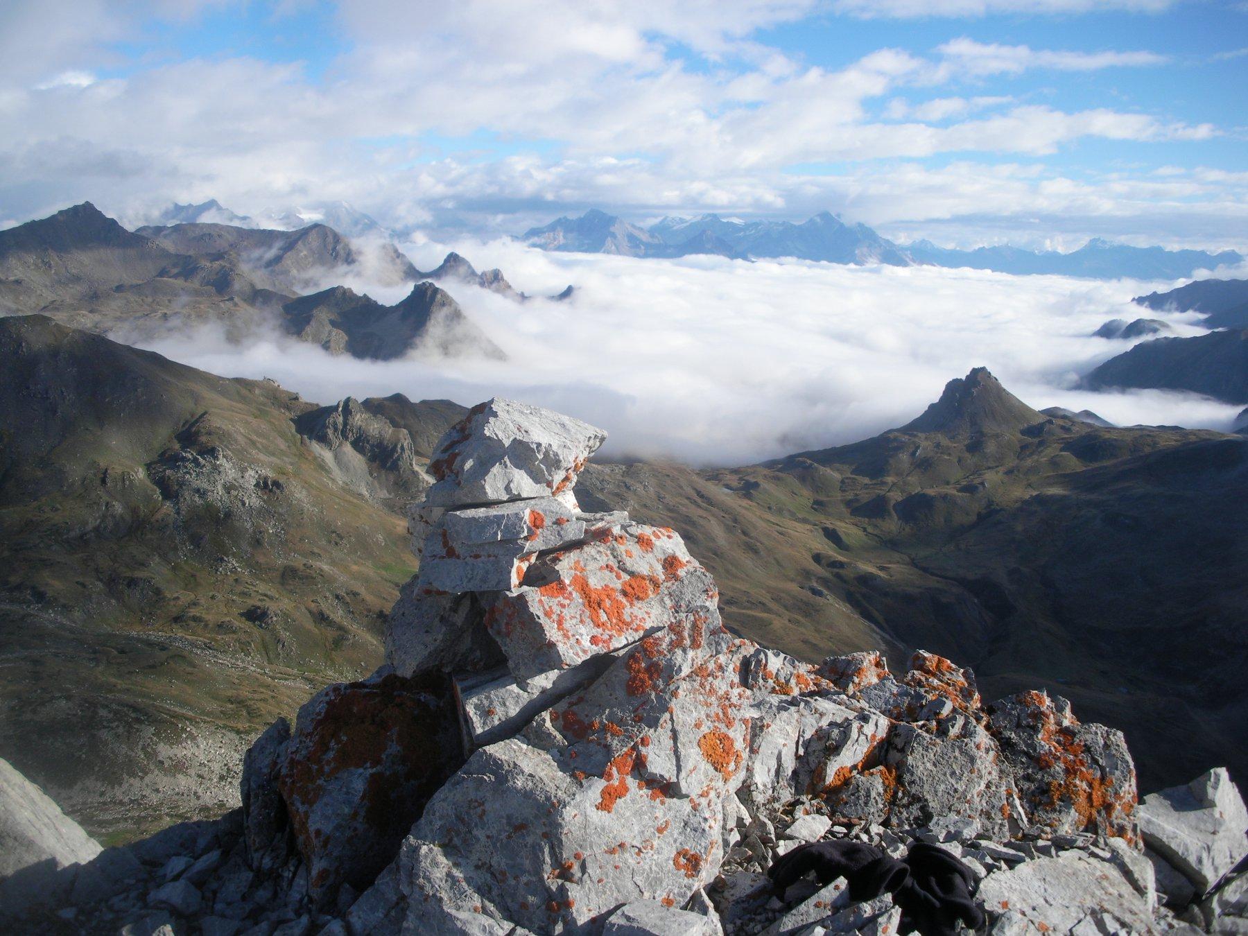 mare di nuvole oltre il Colle di Valle Stretta..