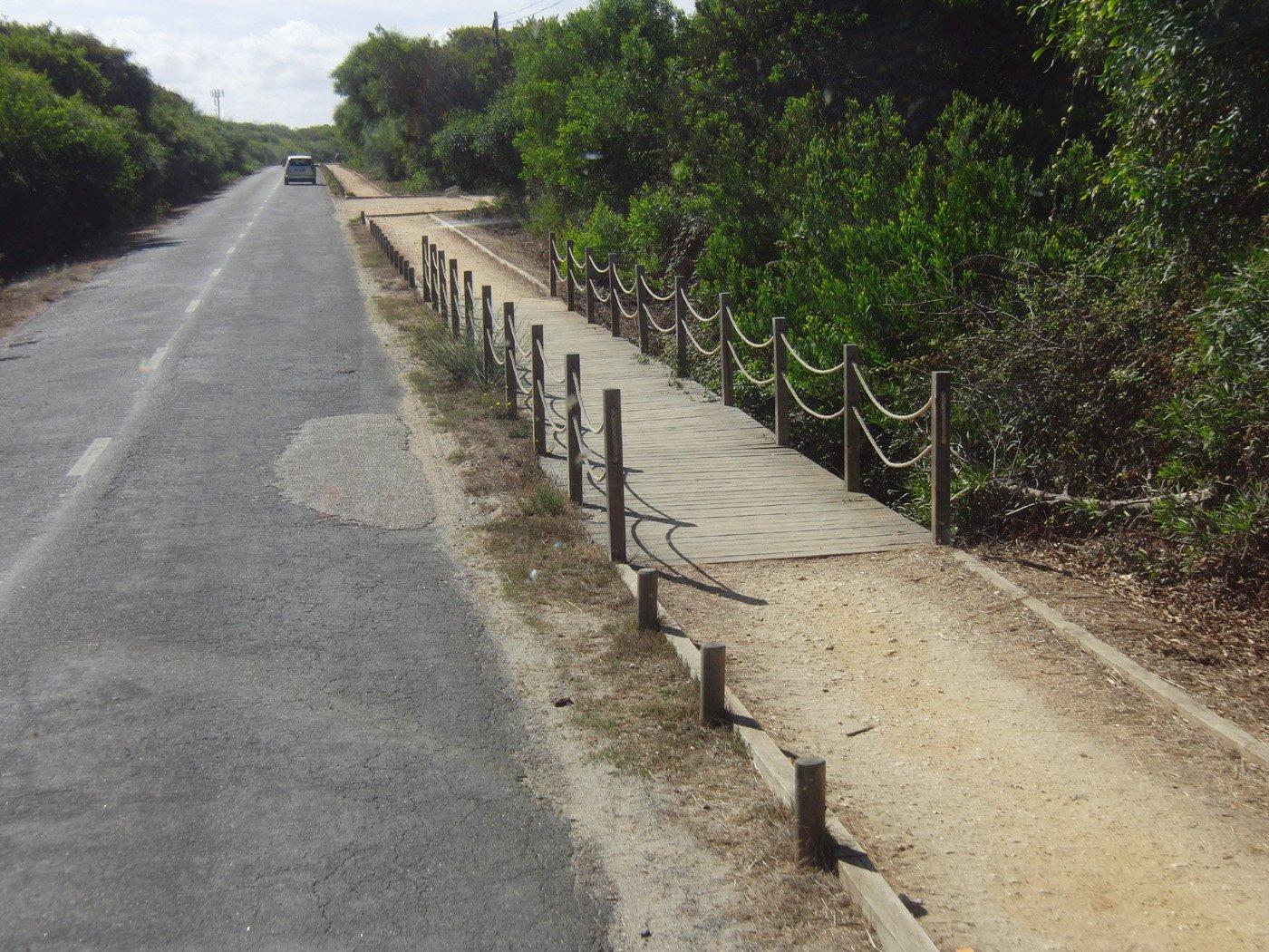 Strade con pista in terra laterale