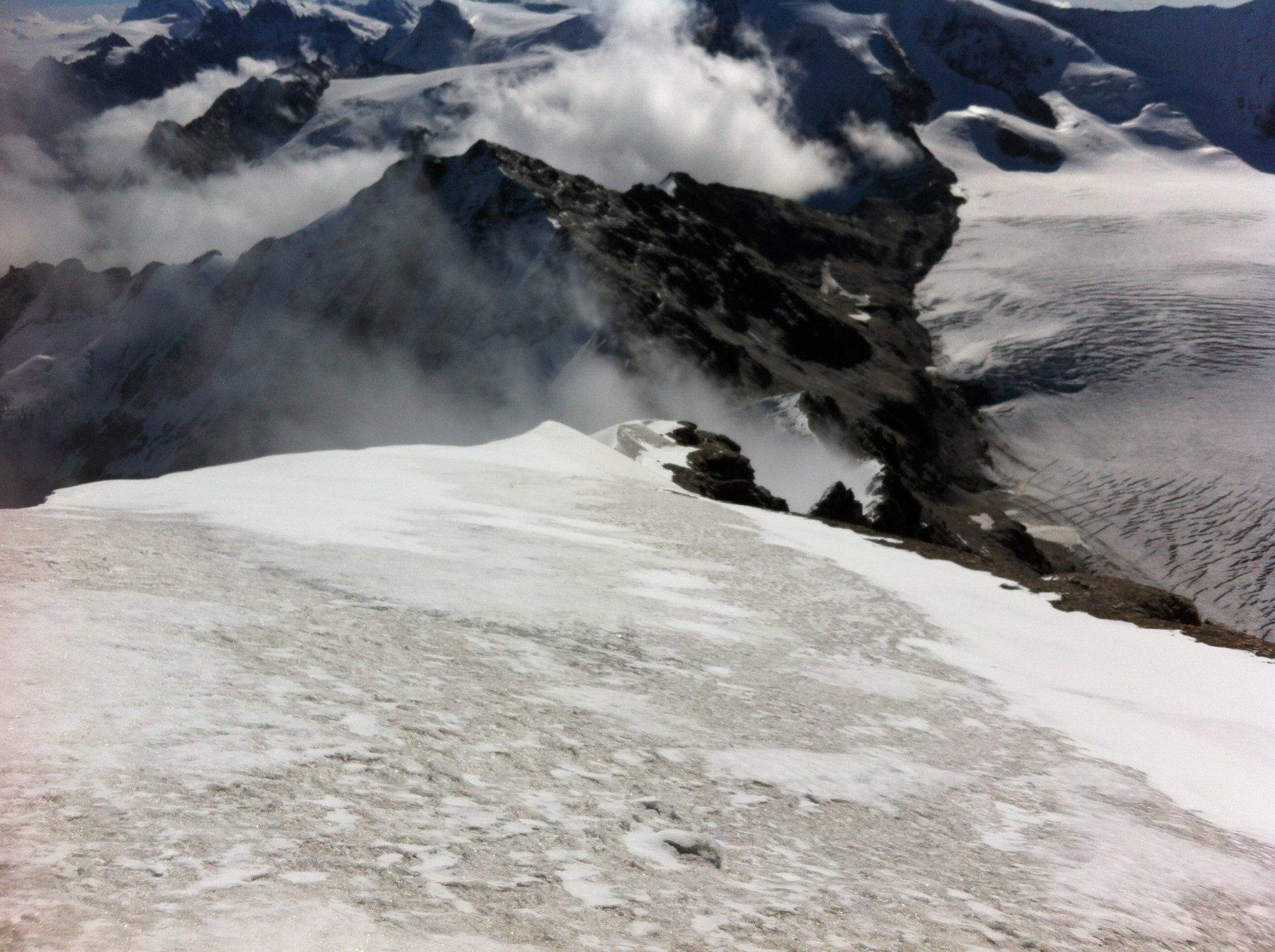 Discesa dal Pleureur: dove termina la neve scendere a destra nell'orrido canale. Sullo sfondo La Luette che si scende per la cresta di destra