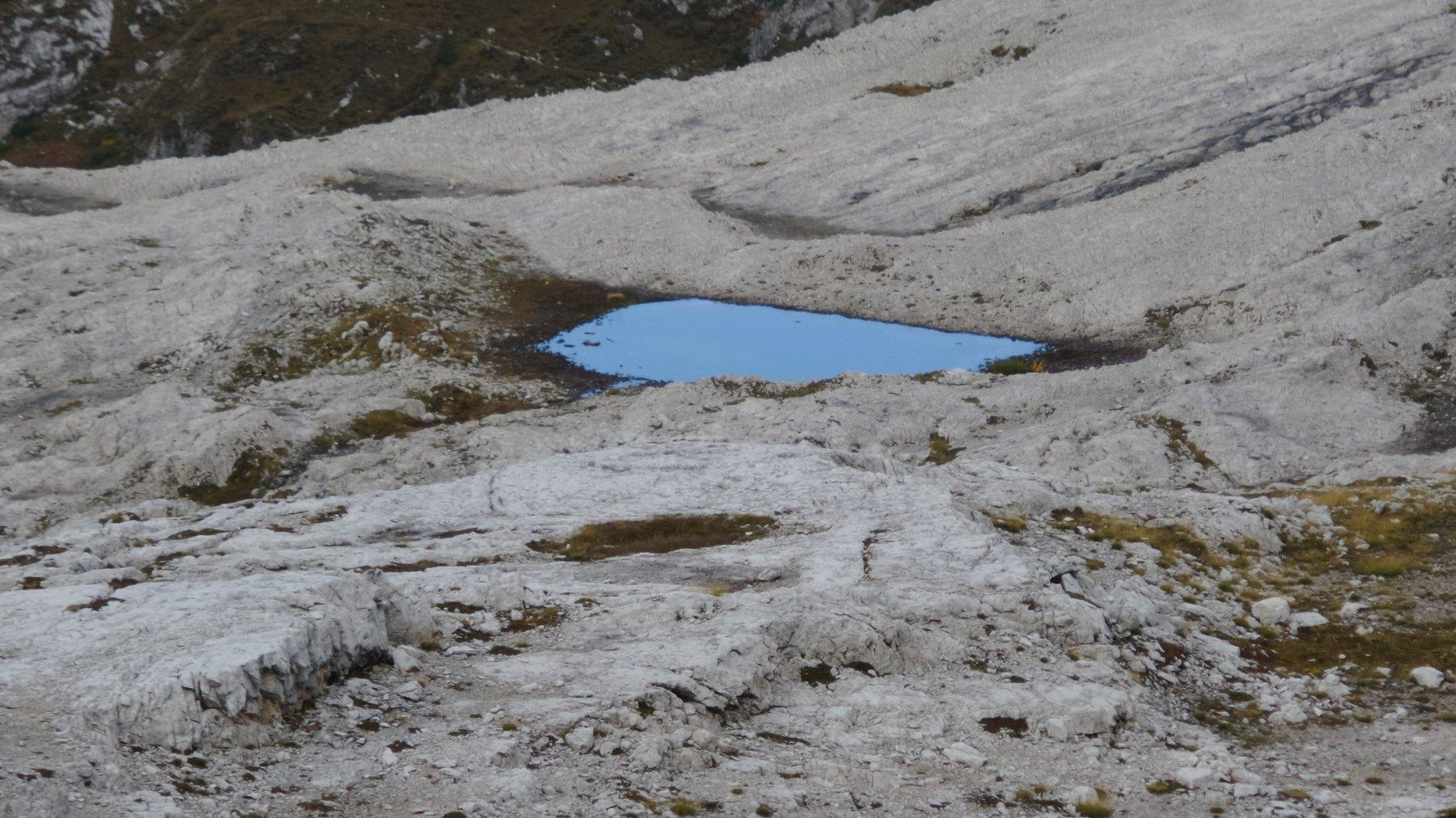 il piccolo Lago Gelato, dove si tralascia il sentiero per la Forcella Giralba (19-9-2015)