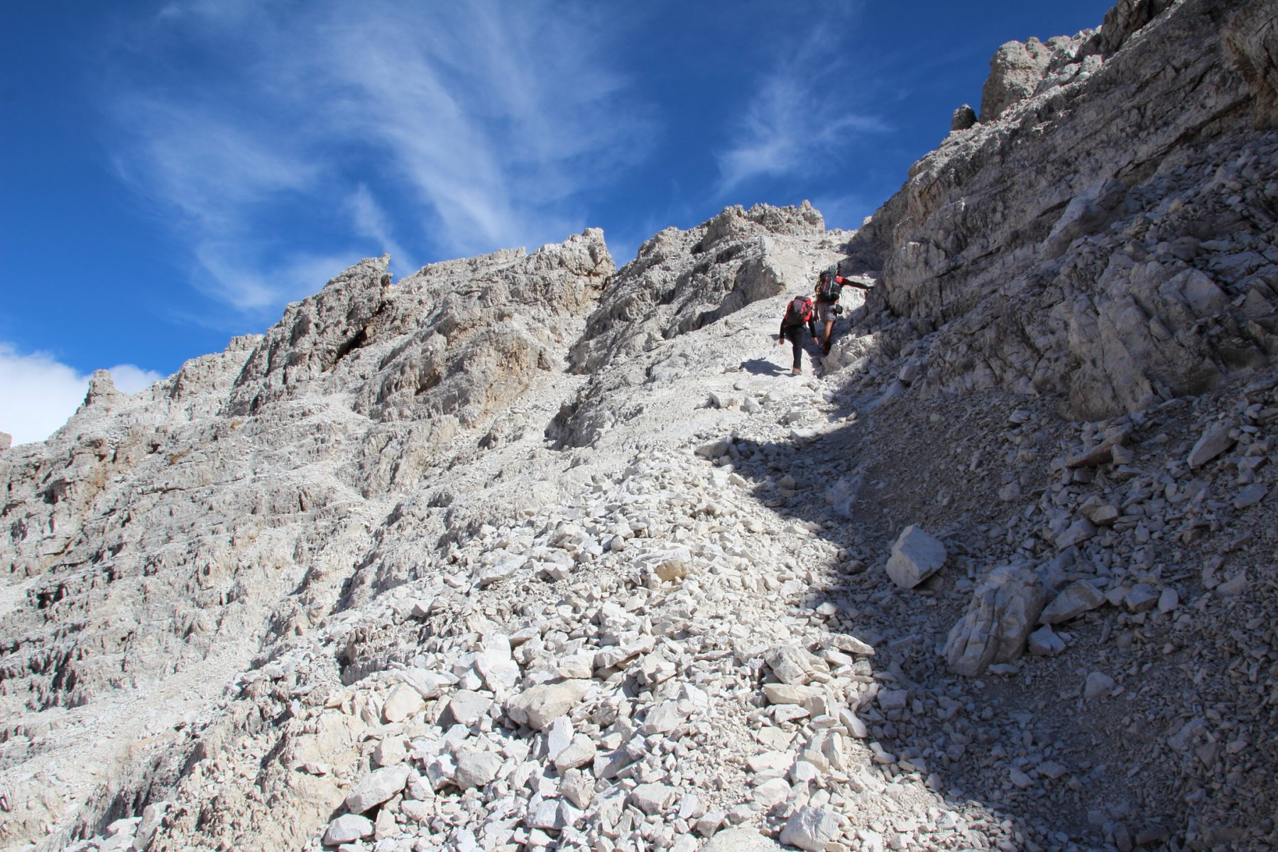 dal ripiano detritico sospeso sopra la paretina si sale verso il filo della cresta Ovest del Popera (19-9-2015)
