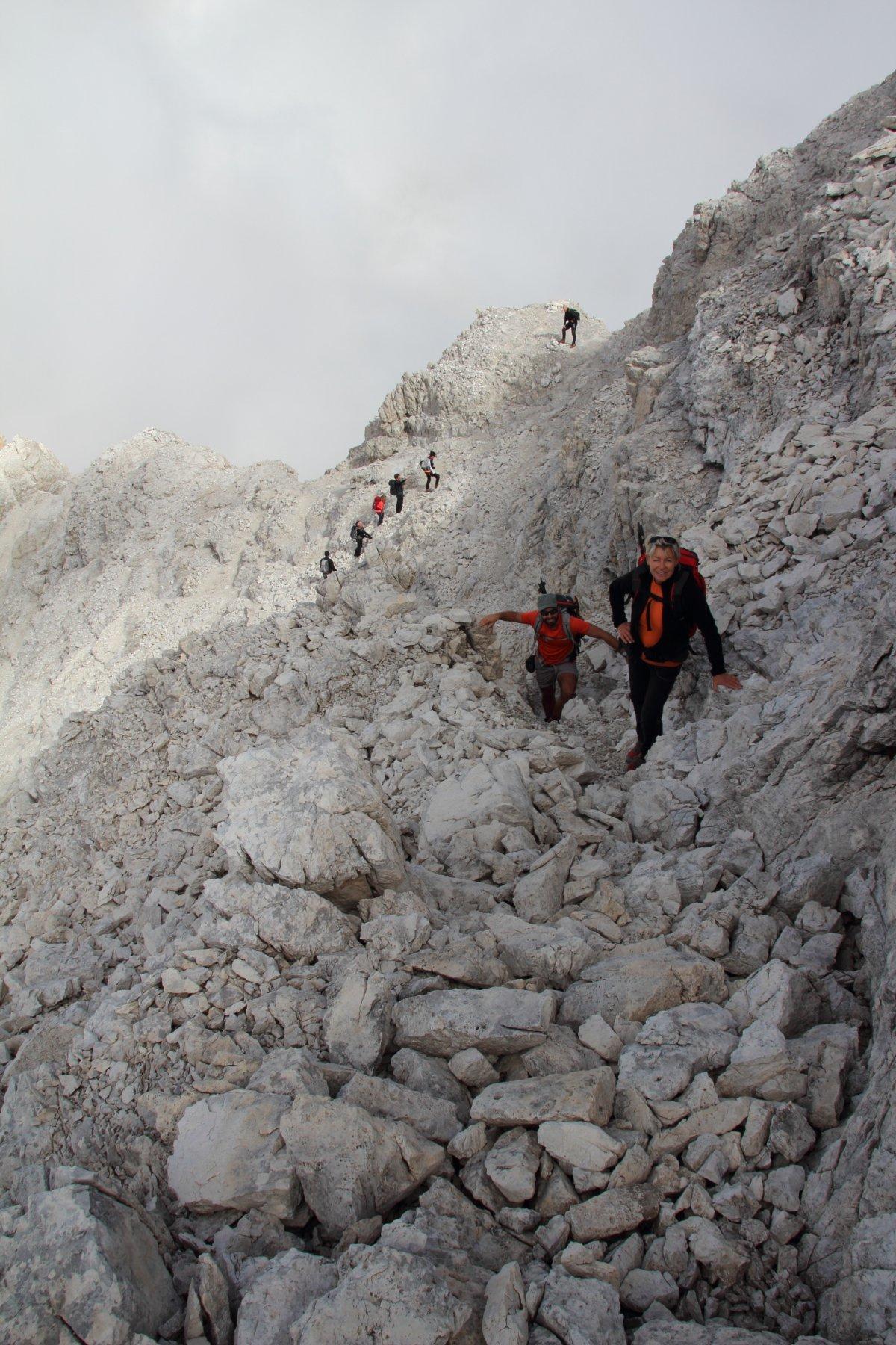 uscendo dal canalino roccioso terminale che conduce in cresta (19-9-2015)