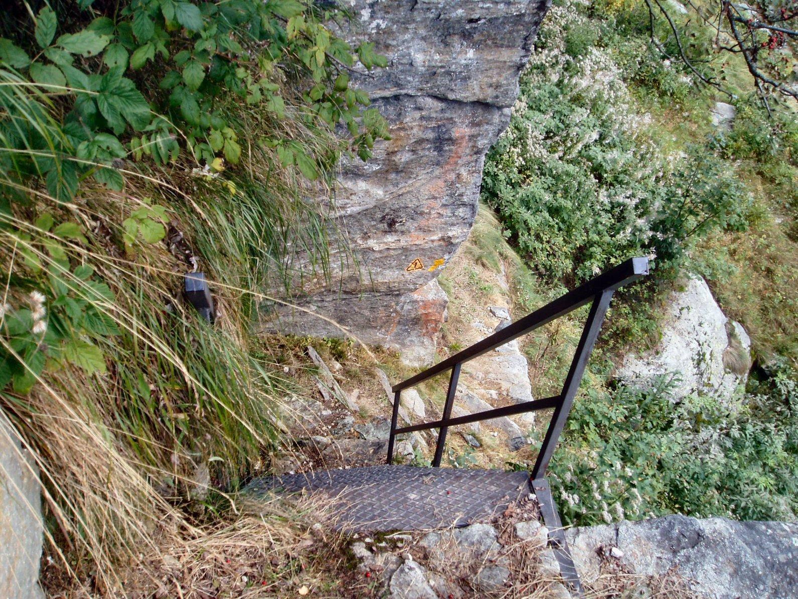 Scaletta in ferro per raggiungere il fondo di un canalone.