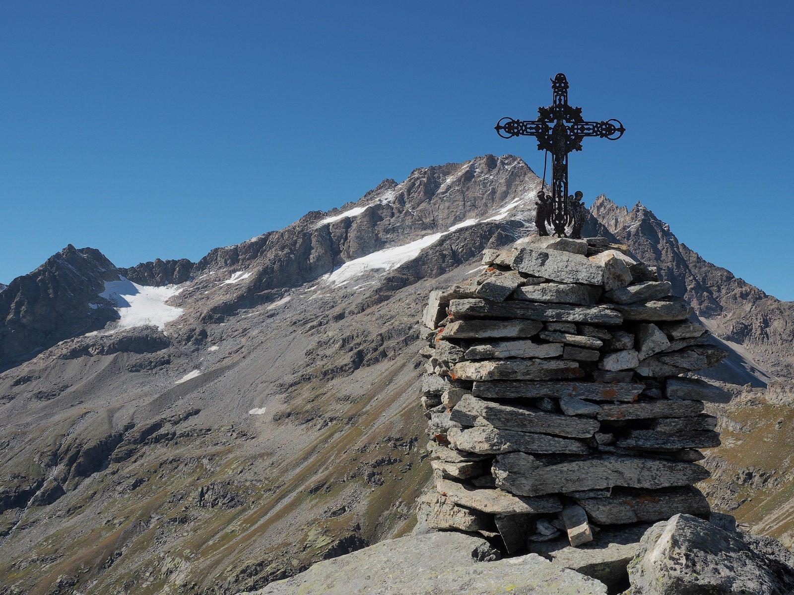 Croce di vetta e Levanna Orientale sullo sfondo.