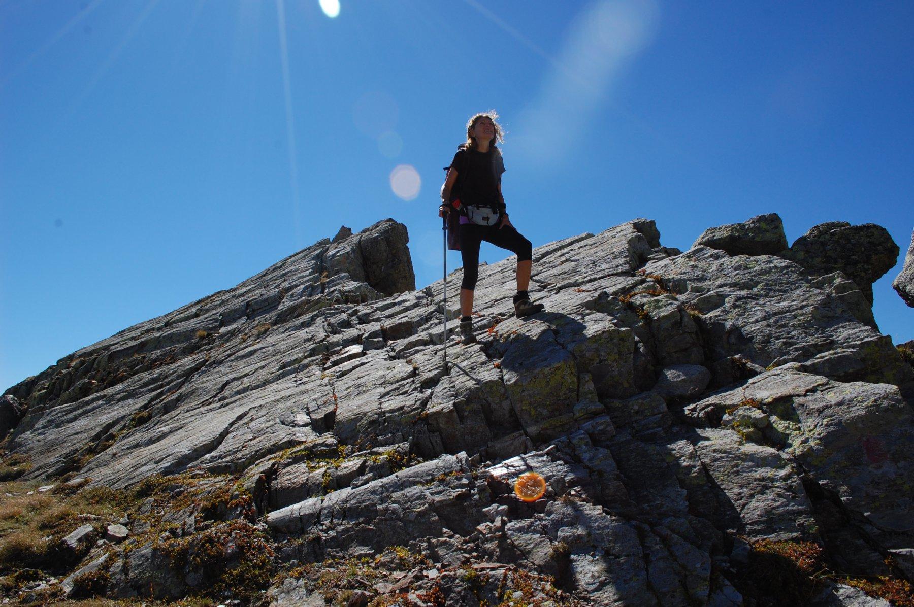 La discesa in cresta su roccette alla quota 2.600 circa