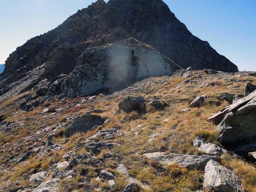 roccia con la spaccatura all'inizio della cresta