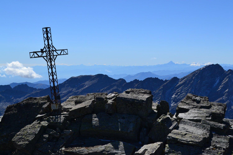 croce di vetta col Monviso all'orizzonte
