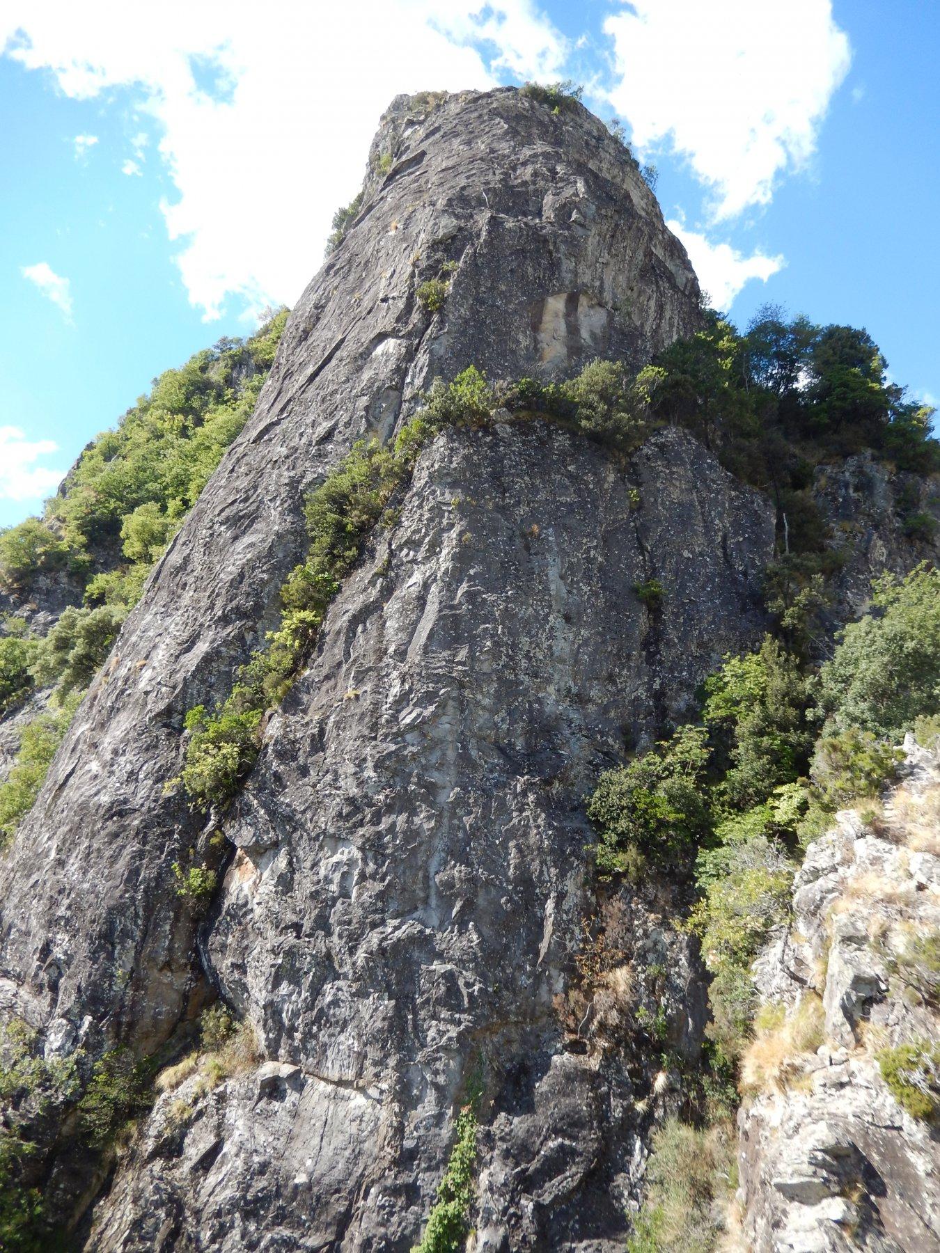 Il secondo pilastro alto 150 m circa (occorre fare una doppia di 50 m nel canale per raggiungere la sua base)