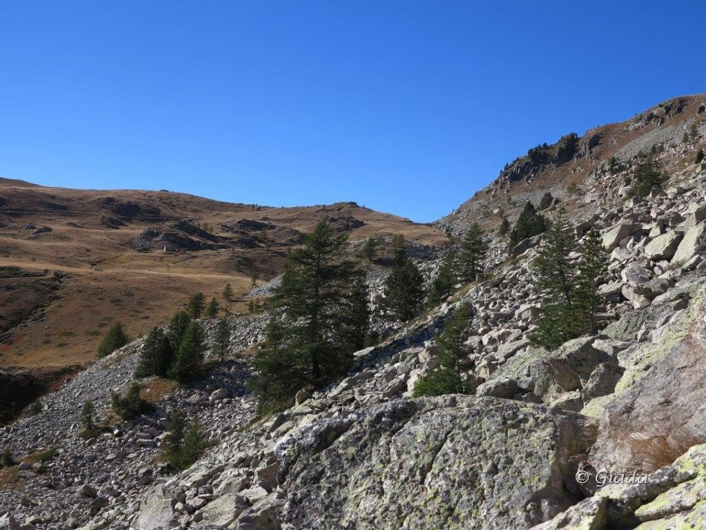Verso il Col Merciere in fondo, si vedono a destra i due bunker a cui si deve arrivare