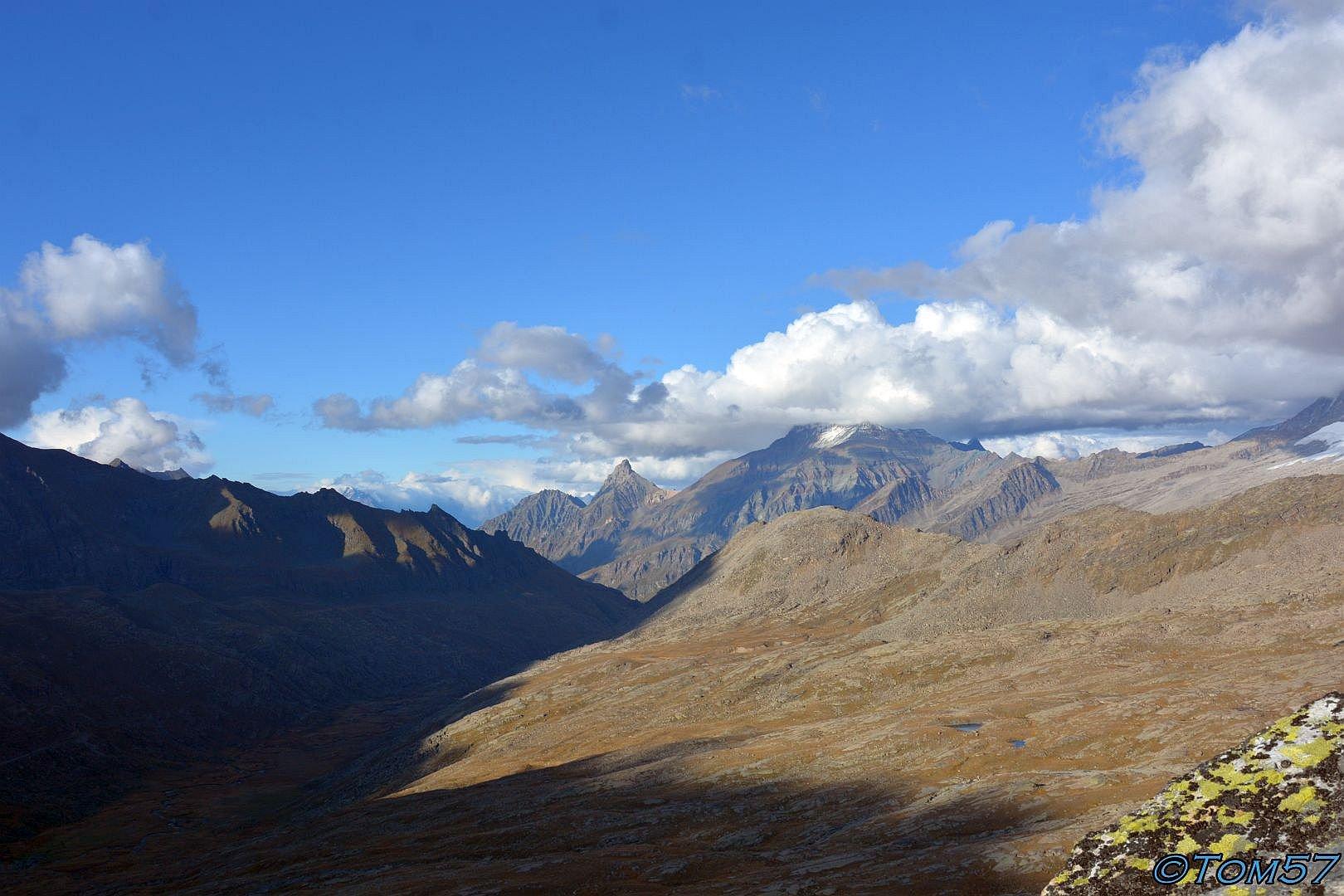 La Grivola e più a destra il Gran Paradiso nascosto dalle nuvole