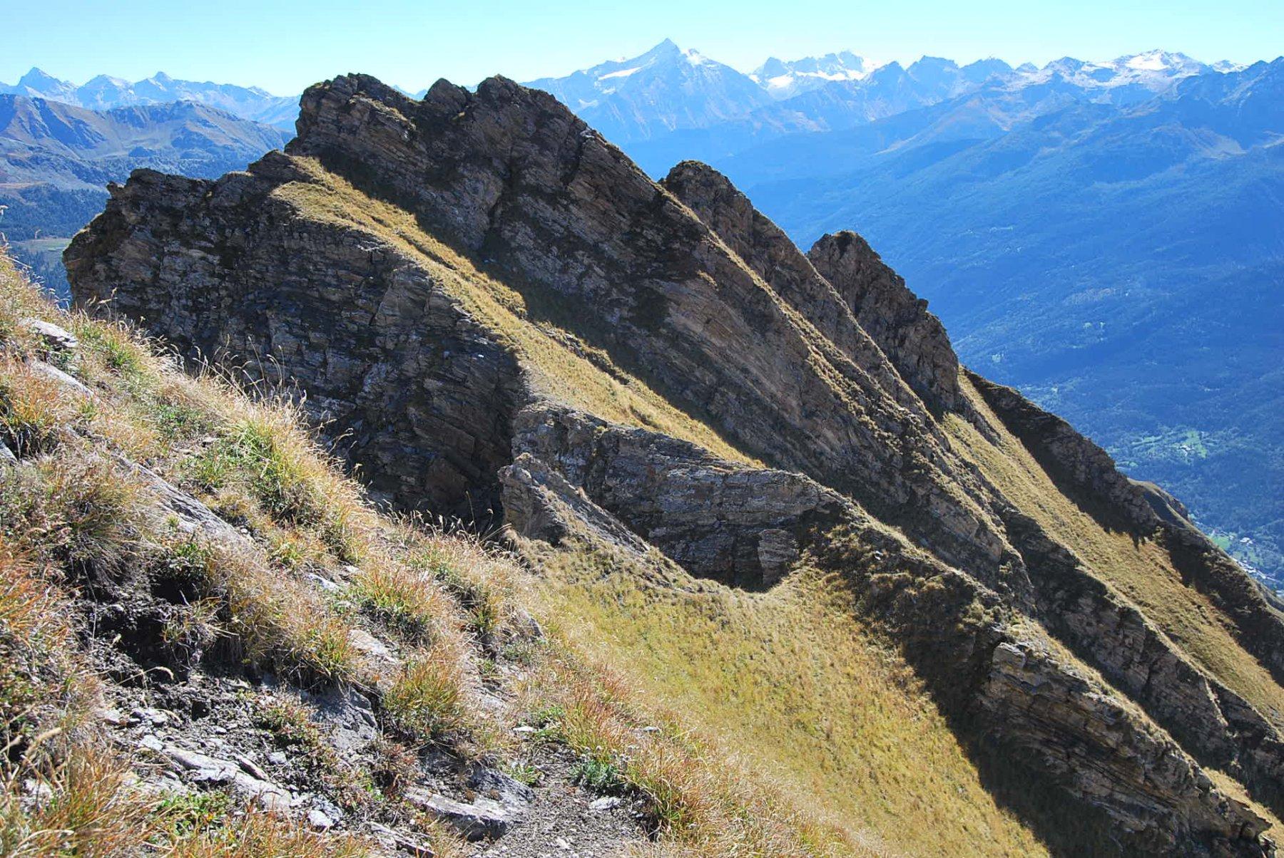 Circa a metà percorso, la cresta vista a ritroso. La vera difficoltà: trovare il punto giusto dove superare gli intagli