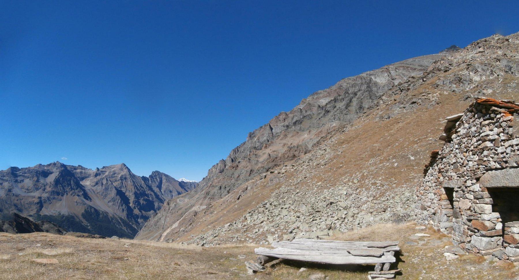 dalla baita Levionaz panorama verso la Bioula con il Bianco sulllo sfondo..