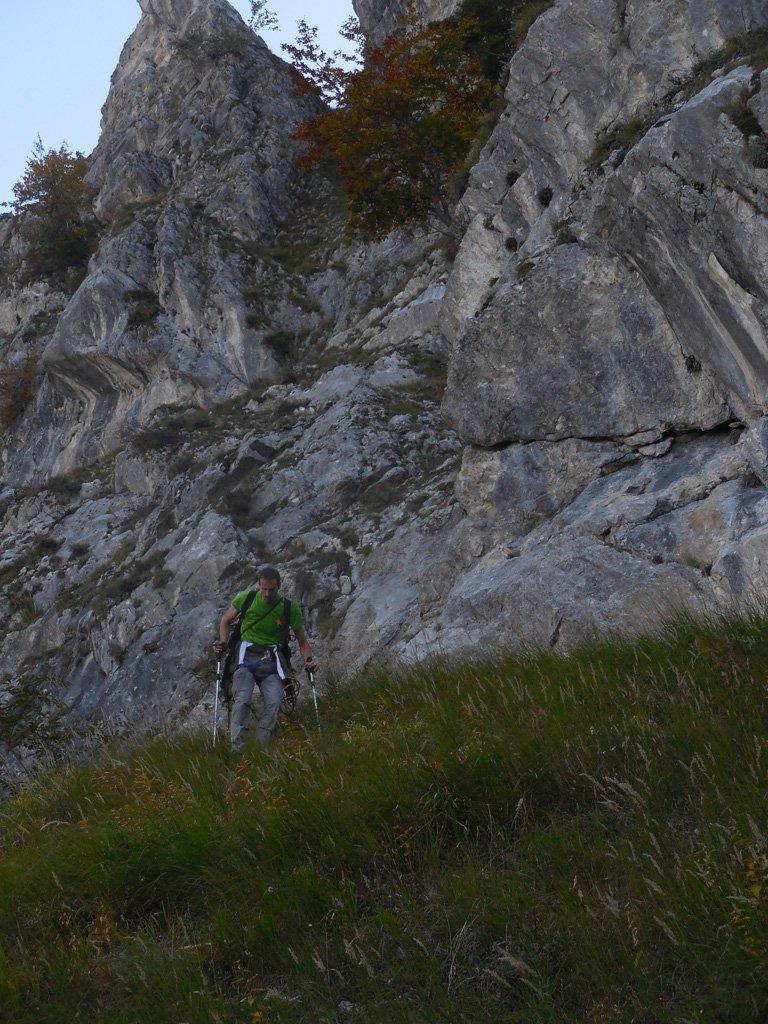 Sotto le rocce prima di girare dietro nei settori di arrampicata bisognava tenersi bassi