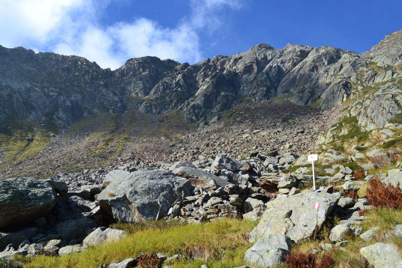 a destra il sentiero di salita, al centro la cima