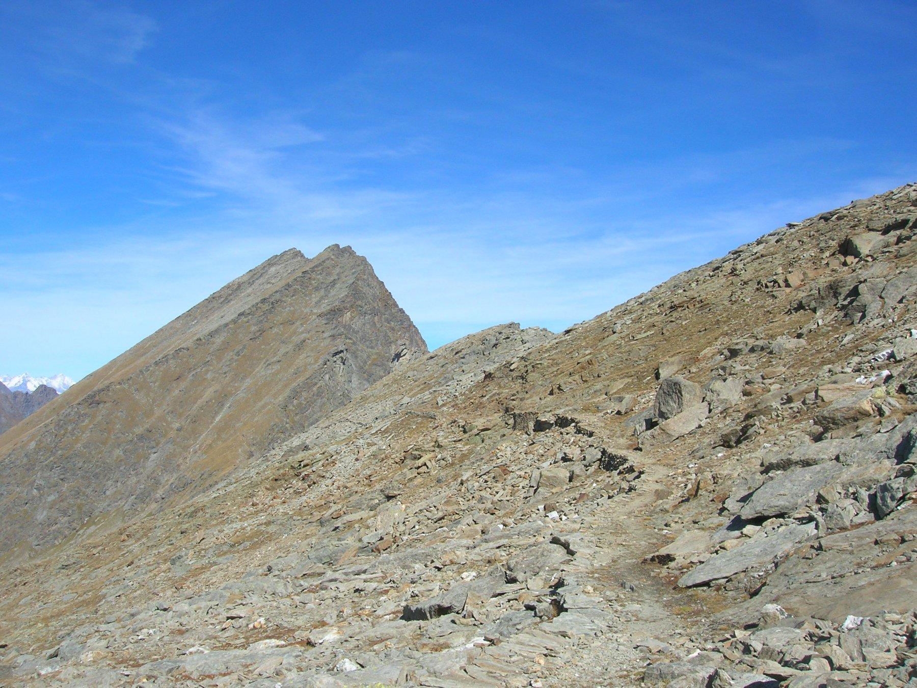 Il sentiero che traversando a mezza costa si dirige verso il Col d'Eyele o d'Etsely (2803m)