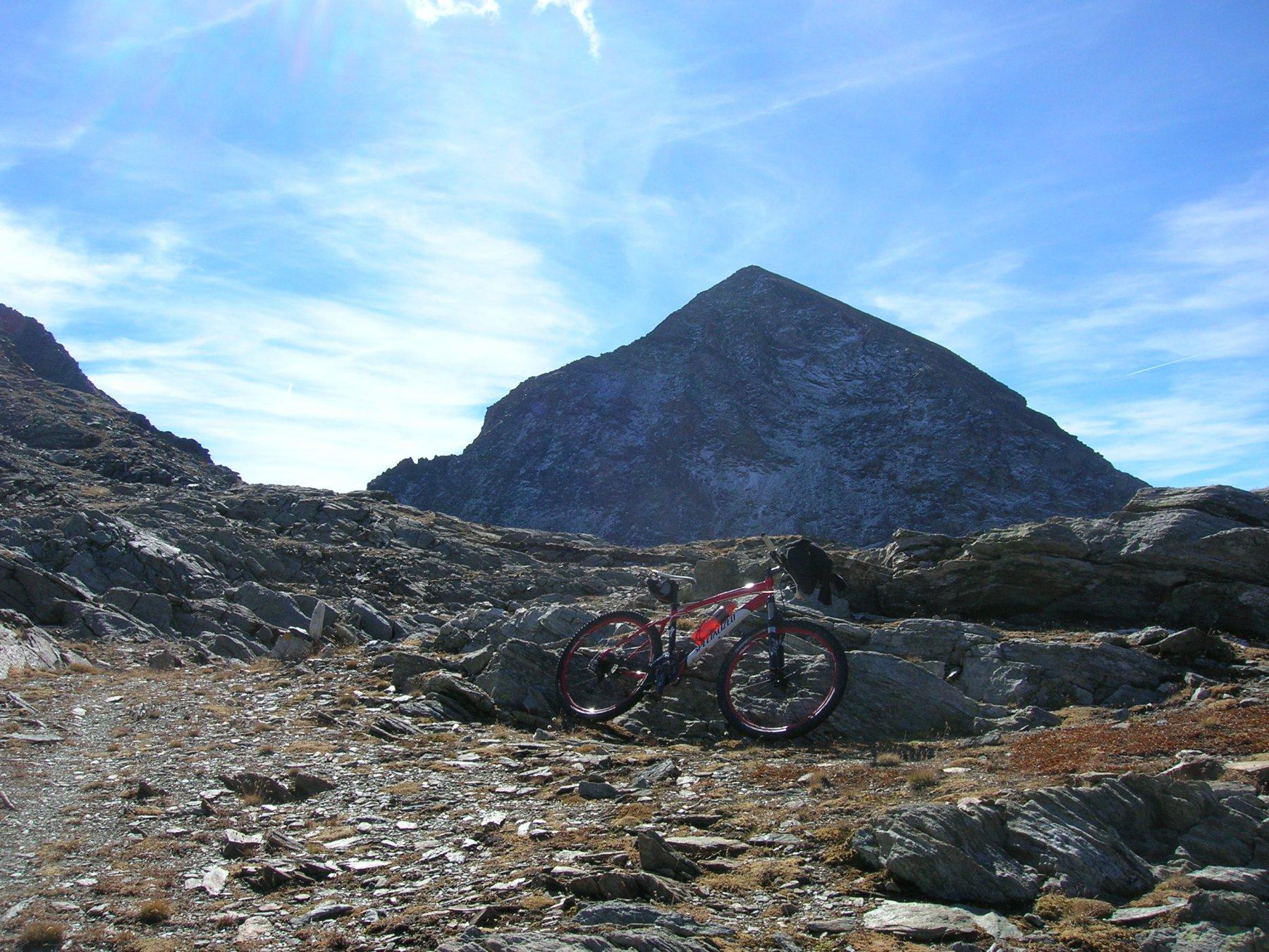 In discesa dal Col Fussy con sullo sfondo il Mont Delà
