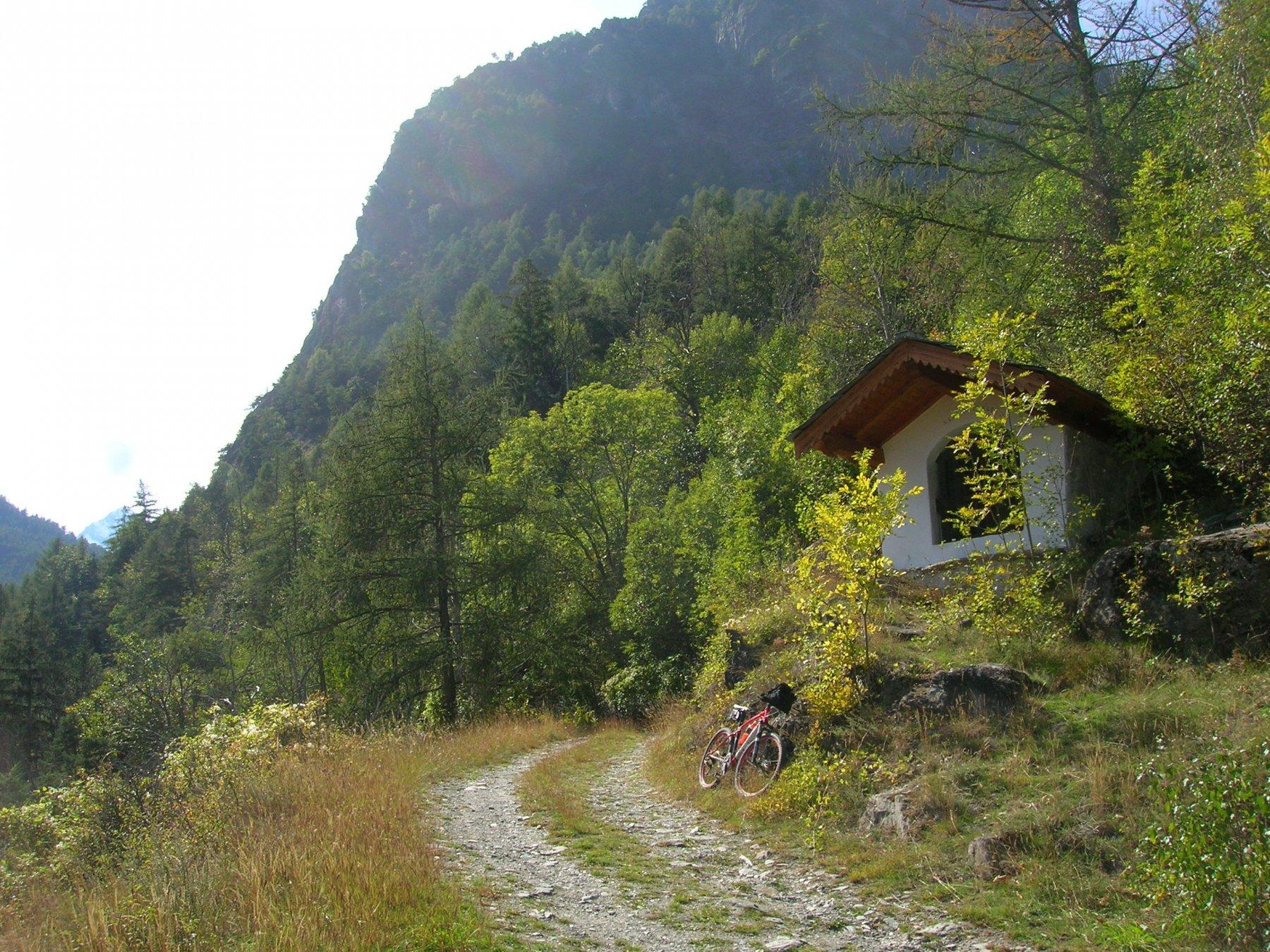 Lo sterrato che, aggirando le pendici del Mont Saint Julien, consente di collegare la carrozzabile della Val Clavalitè con quella per Les Druges