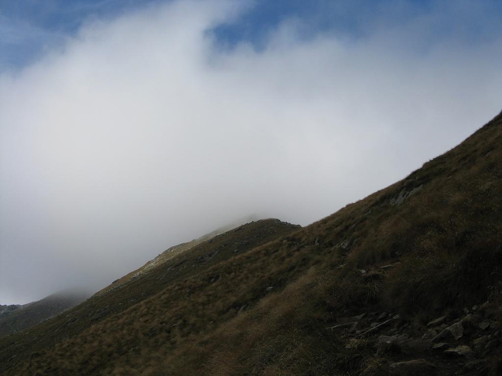 la punta nascosta dalla nebbia