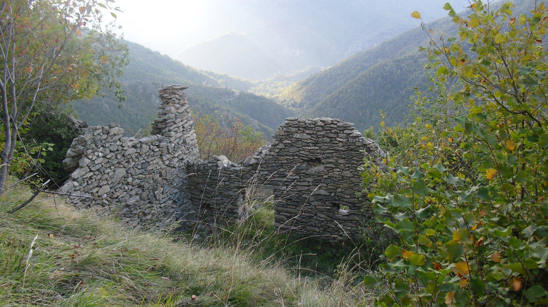 Case Perondo Soprane lungo il percorso di salita.