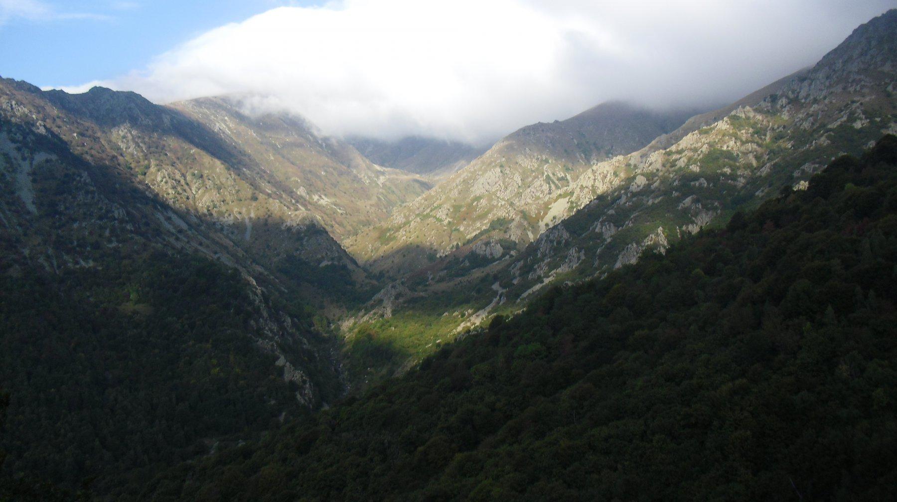 La testata della Valdarmella e i crinali da percorrere.