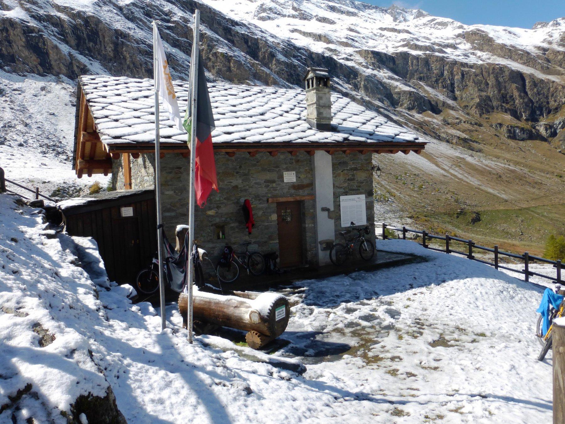 rifugio con un pò di neve