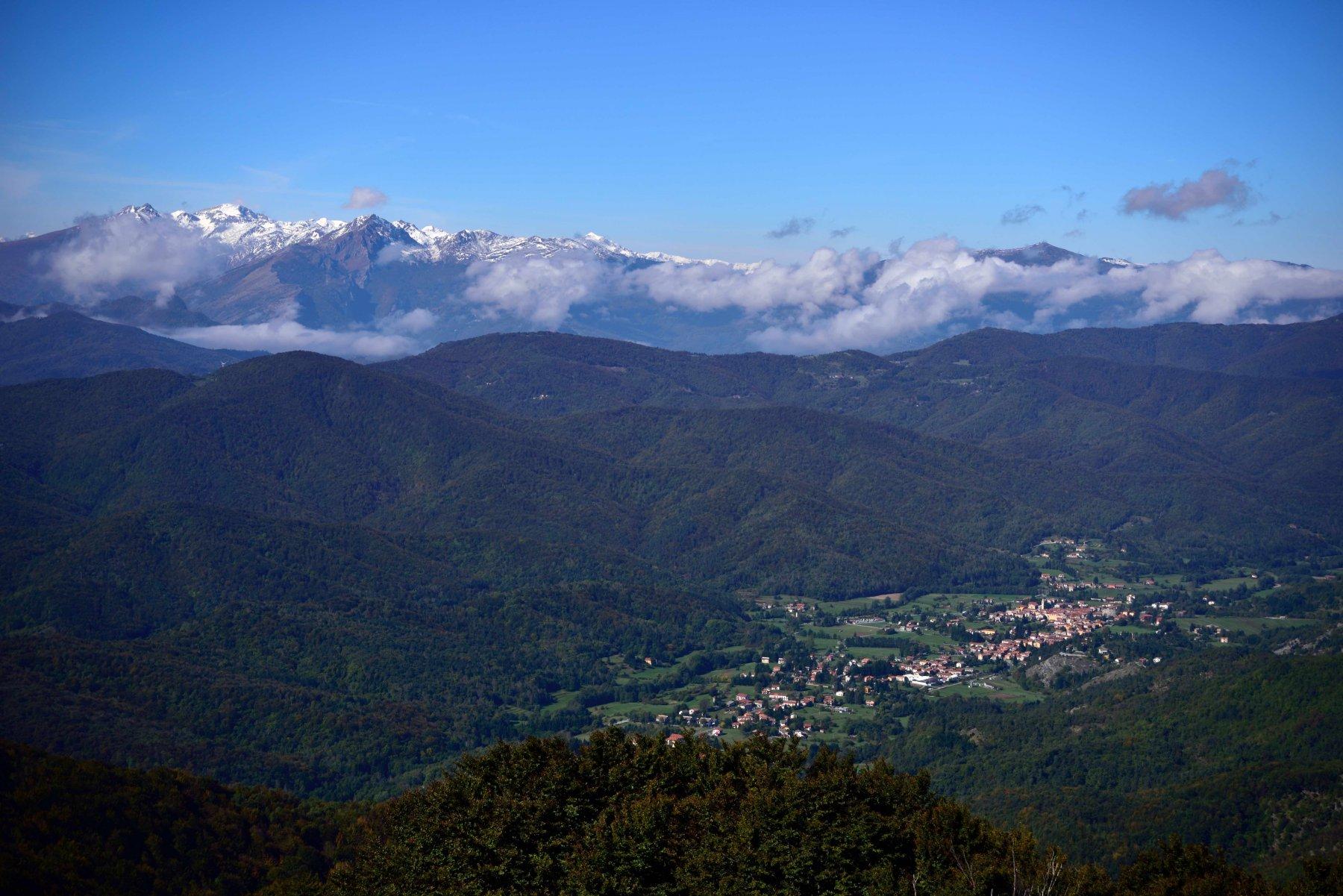 Panorama dalla vetta con Bardineto e le Alpi Liguri