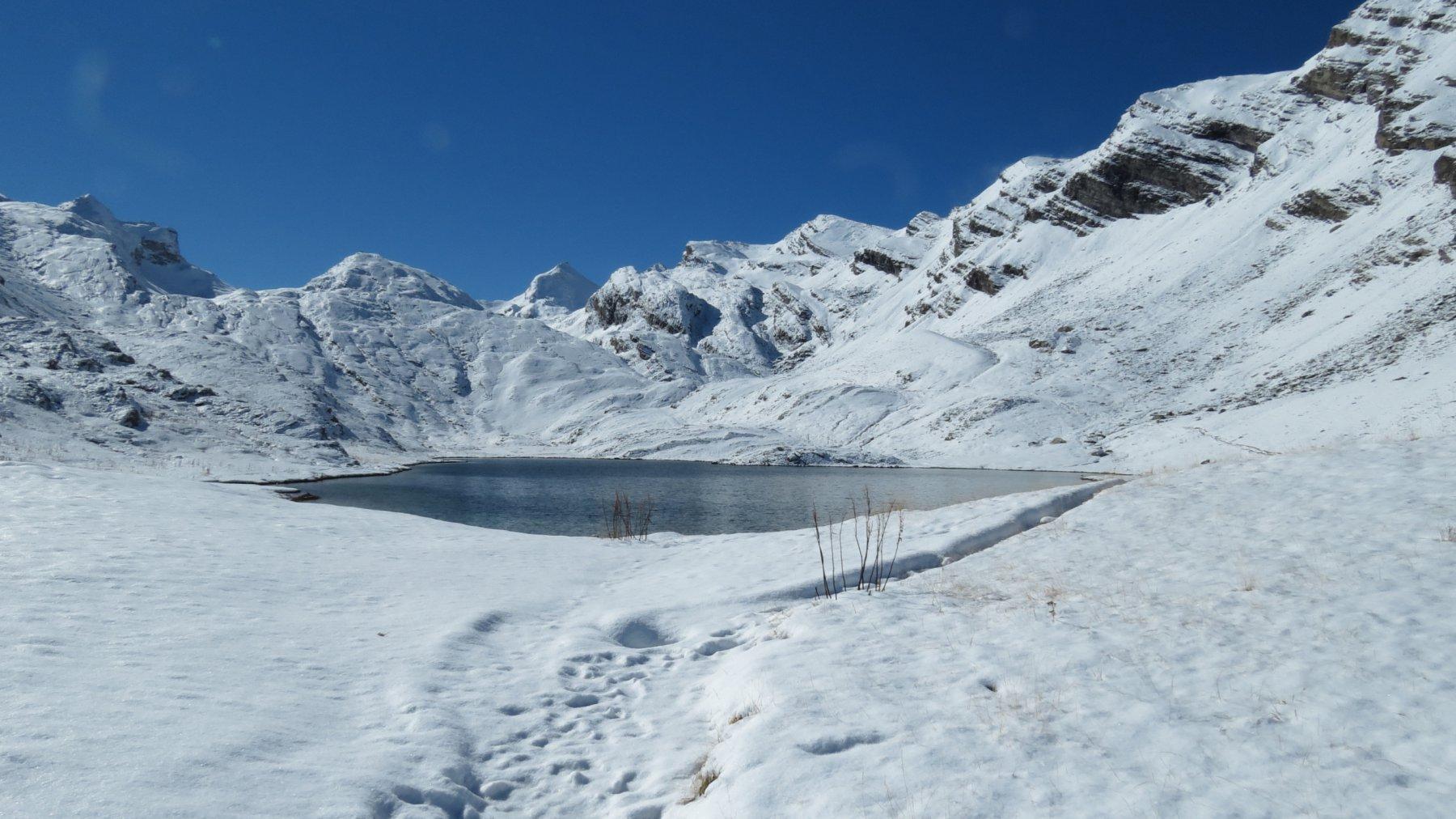 la splendida conca innevata che ospita il Lac de Lauzanier (4-10-2015)