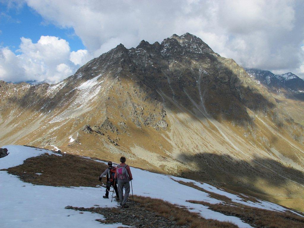 In discesa verso il Col Leché con il Faroma sullo sfondo