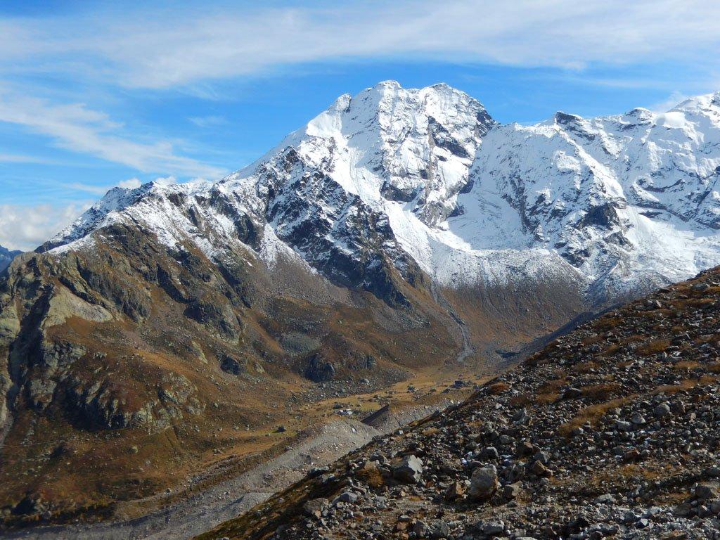 Pizzo Bianco e la conca che ospita il Rif. Zamboni....lontani anche loro, al di là del ghiacciaio del Belvedere