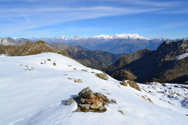 ometto in corrispondenza del crinale di confine tra Piemonte e Valle d'Aosta