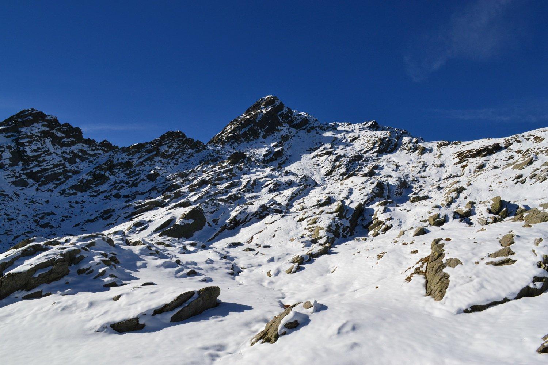 il Monte Marzo. A destra lo spartiacque col Piemonte da raggiungere